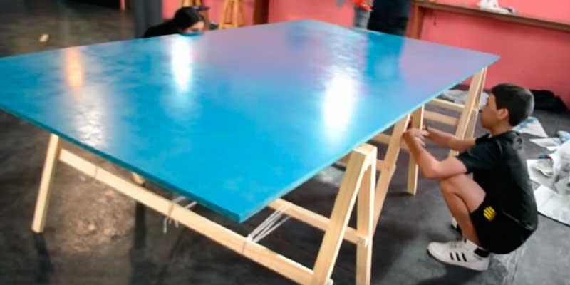 niños haciendo mesa ping pong en casa