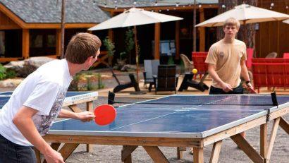 jugando al ping pong en mesa casera en el jardin