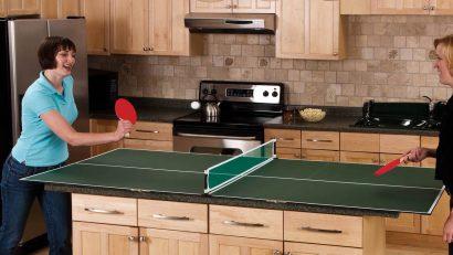 jugando al ping pong en la cocina