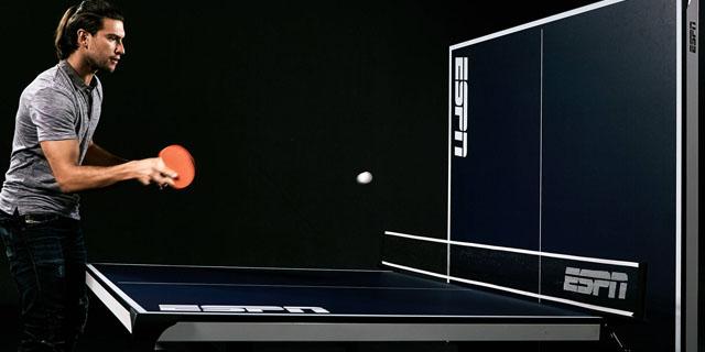 chico jugando solo al ping pong frontón