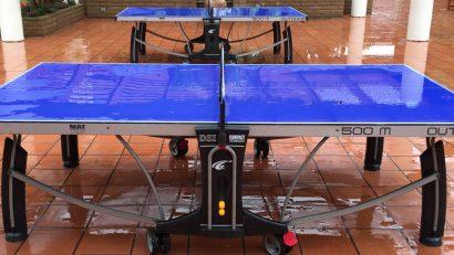 messa de ping pong mojada por la lluvia